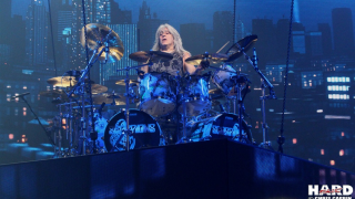 "Mikkey Dee Le batteur joue l'intro de ""Welcome Home"" de KING DIAMOND"